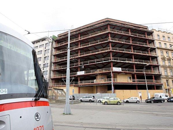 Rekonstrukce domu ubrněnského vlakového nádraží, ve kterém před deseti lety vyhořelo kasino, má skončit vbřeznu roku 2013..