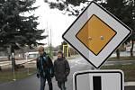 Zničené dopravní značky na školním hřišti v Kuřimi u ZŠ Jungmannova.