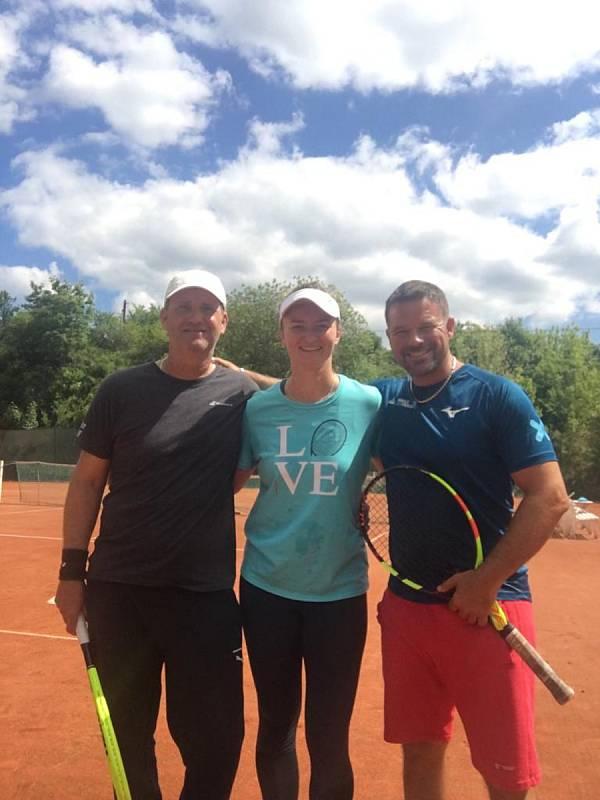 Barbora Krejčíková (na snímku uprostřed) při tréninku na tenisových kurtech ve Šlapanicích s Alešem Kartusem (vlevo) a Romanem Božkem (vpravo).