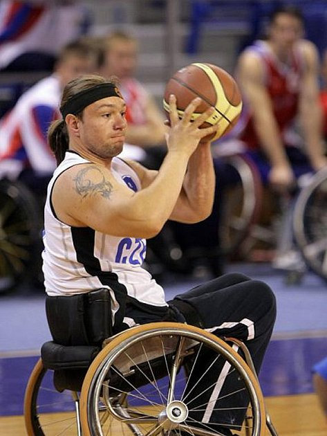 Basketbalisté na vozíku z Hobitu Brno.