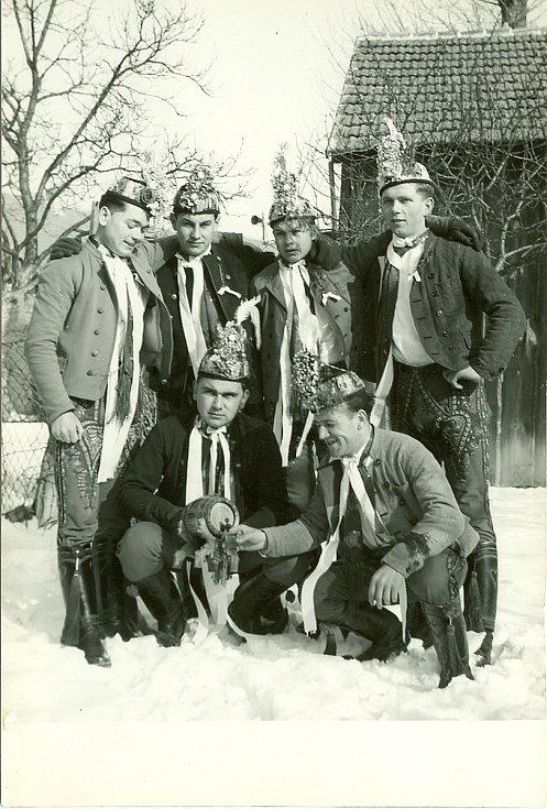 Skupina šesti šohajů vkroji na Břeclavsku, 50. léta 20. století.