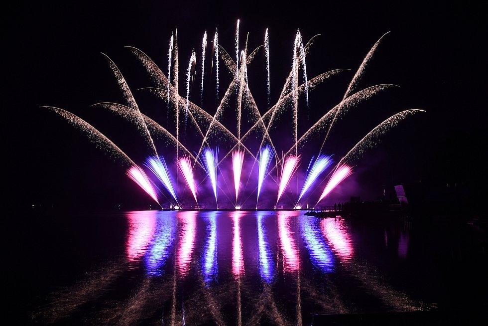 Prskající barevná světla rozzářila ve středu  večer oblohu nad Brněnskou přehradou. Ohňostroj s názvem Ohňový tanec připravila portugalská Grupo Luso Pirotecnia. Šlo o první soutěžní ohňostroj, který je součástí mezinárodní přehlídky Ignis Brunensis.