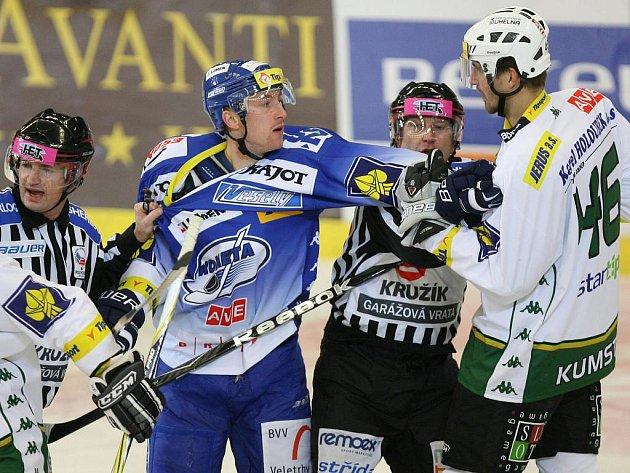 Hokejista Komety Švrček v zápase proti Karlovým Varům.