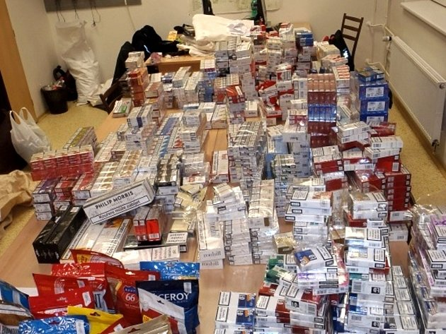 Zabavené cigarety, které našli policisté v autě nedaleko centra Brna.