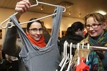 Brněnskou Hadrárnu ve středu využily ženy pro výběr levnějšího oblečení a oživení jejich šatníku.