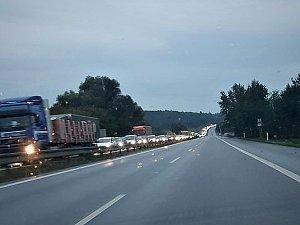 Dopravu u Kuřimi zablokovala nehoda dvou aut. Vytvořily se kolony