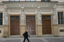 BOHATÁ MINULOST. Novorenesanční budova Hudební fakulty JAMU z roku 1862 původně patřila německému gymnáziu. Profilovaná římsa, kterou nesou čtyři karyatidy, je dílem Josefa Břenka.
