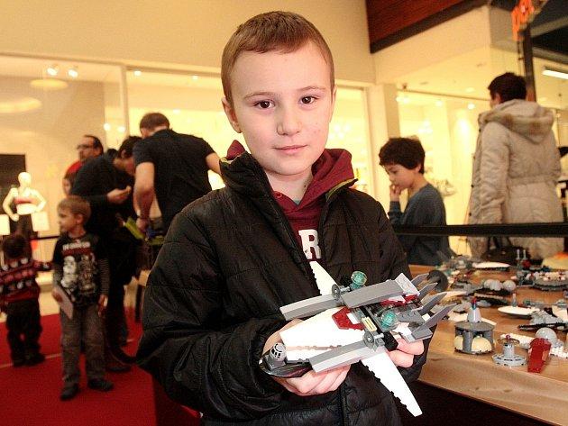 Kluzáky nebo vesmírné lodě ze světoznámé ságy Star Wars postavené z kostiček Lego jsou v sobotu i v neděli k vidění v brněnském Avion Shopping Parku. Modely více či méně podobné originálům z filmů tam skládali sami návštěvníci.