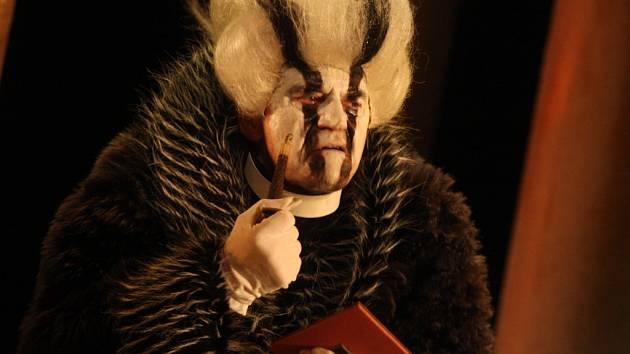 FARÁŘ A JEZEVEC. V dvojroli člověka i zvířete se v operním představení Příhody lišky Bystroušky představí Jan Hladík.