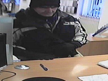 Střelnou zbraň a výbušninu připevněnou na tělo měl podle svých slov muž, který přepadl banku v Kotlářské ulici v Brně.