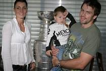 Petr Sýkora u Stanley Cupu s manželkou Renatou a synem Nicholasem.
