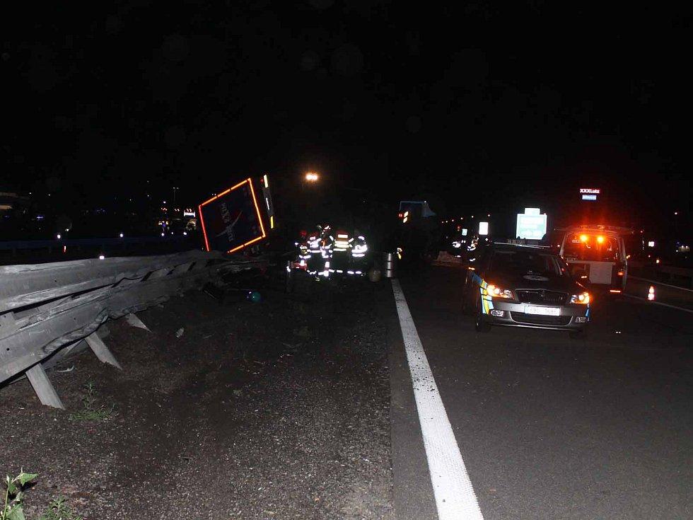 Těsně před sjezdem do Modřic tam po půlnoci v noci na dálnici havaroval kamion, který ji zablokoval.