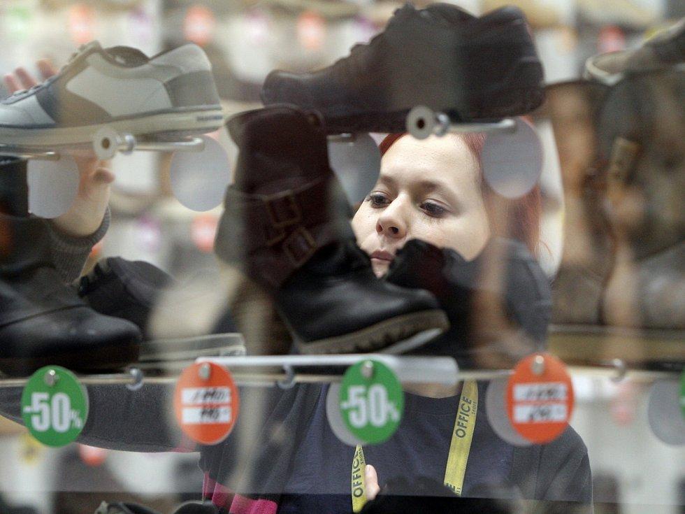 Po Vánocích se lidé vydali do obchodů utratit peníze, které dostali pod stromeček. Obchodníci jsou připravení a zájem nakupujících někde podporují vysokými slevami.