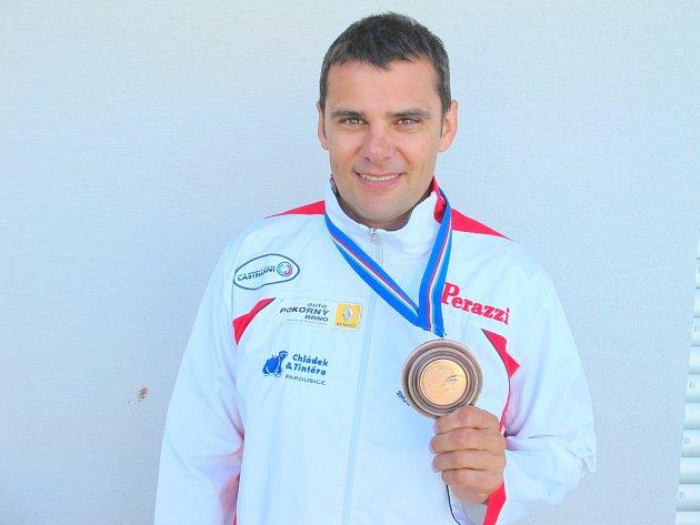 Holasický střelec David Kostelecký s bronzovou medailí z mistrovství Evropy 2014.