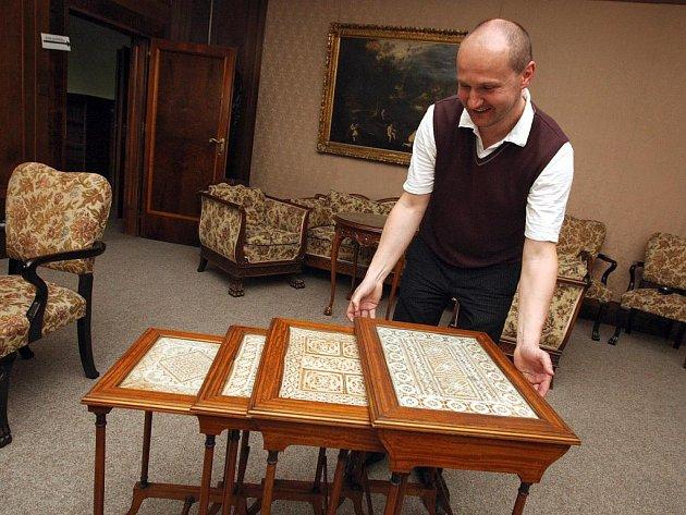 Do vily Stiassny v brněnských Pisárkách se vrací čtyři servírovací stolečky.
