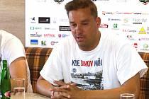 Přípravy na fotbalovou rozlučku Petra Švancary jdou do finále. Fotbalista lituje, že na stadion nemůže přijít více lidí.