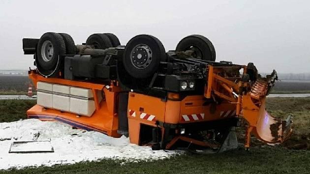 Převrácený sypač Správy a údržby silnic skončil v úterý kolem půl osmé ráno převrácený v poli u Sobotovic na Brněnsku.