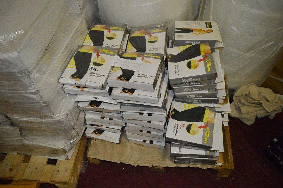 Celníci teď vyzývají lidi, kteří si z podvodných internetových obchodů zboží objednali a nedorazilo jim, aby se obrátili na telefonní čísla 545549859 nebo 545549648.