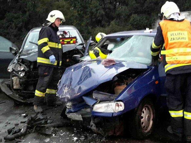 U Tišnova se srazila dvě auta. Záchranáři odvezli čtyři zraněné cestující