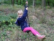 Při slavnostním otevření areálu U Mravence Lesíka se loni v červenci mohly děti houpat mezi kmeny stromů, šplhat po nich nebo se vzdělávaly při rozeznávání různých druhů dřevin. Tři čtvrtě roku od otevření je však objekt převážnou dobu prázdný.