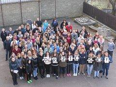 """V pátek pro zraněné spolužáky z nehody u Lomničky žáci školy vyfotili motivační vzkaz """"Držte se!""""."""