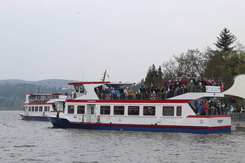 Na Brněnské přehradě v sobotu třináctého dubna zástupci brněnského dopravního podniku slavnostně zahájili 73. plavební sezonu. Přímo před zraky stovek lidí technici spustili na vodu loď Stuttgart.