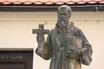 Sochy před Kostelem Nalezení sv. Kříže na Kapucínském náměstí v Brně.