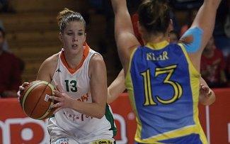 Basketbalistky brněnských Žabin úvodní duel Středoevropské ligy zvládly a na domácí palubovce porazily vídeňské Flying Foxes. Na snímku Hausknechtová a Klarová.