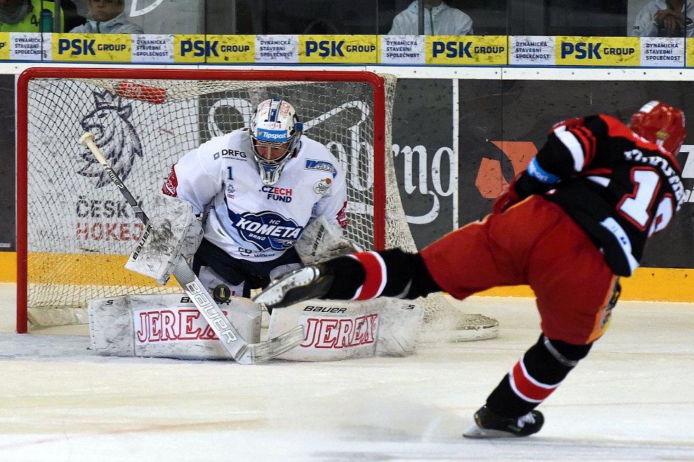 Třetí čtvrtfinálový zápas mezi hokejisty HC Kometa Brno (v bílém) a Hradce Králové.