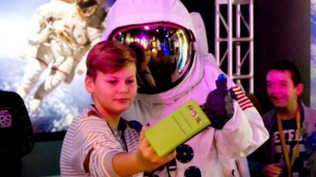 Organizátoři výstavy pro děti vytvořili speciální naučnou stezku Kosmický výcvik s rakeťákem.