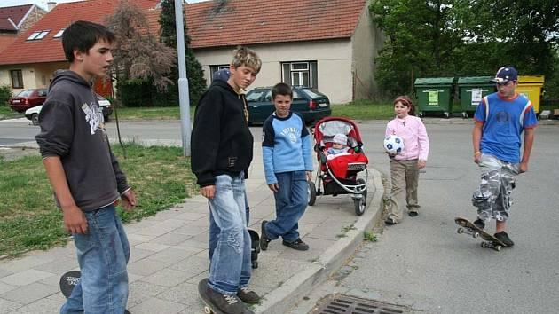 Děti v Modřicích si musí hrát na ulicích, které tak nahrazují chybějící hřiště.