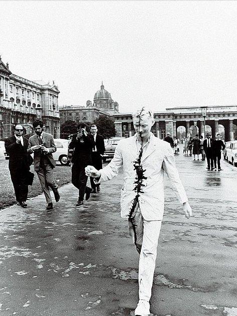 Výstava Dlouho neviděno nabídne například fotografii Procházka po Vídni Günthera Bruse z roku 1965.