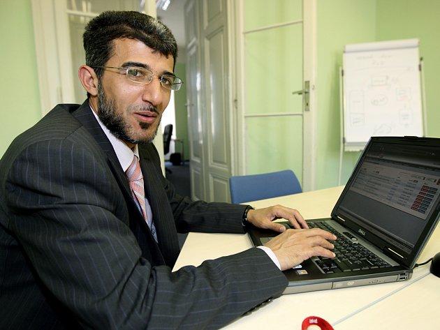 Muneeb Hassan Alrawi v redakci na online rozhovoru