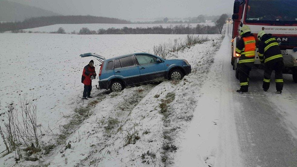 Osobní auto havarovalo v úterý u Jinačovic.