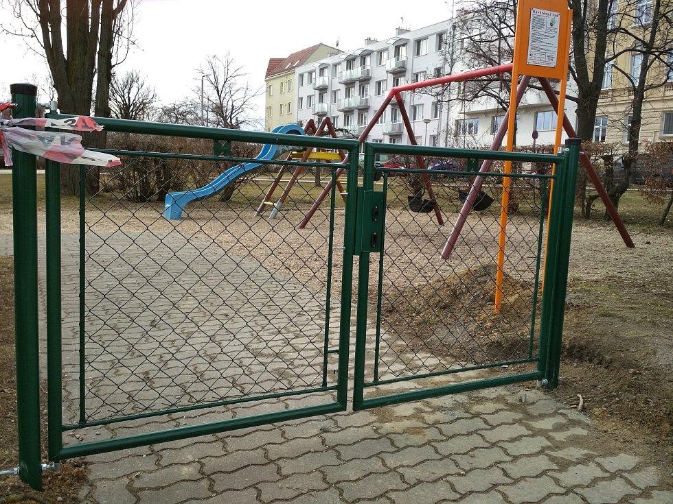 Dětské hřiště na Žižkově náměstí ve Znojmě je pro veřejnost otevřené.