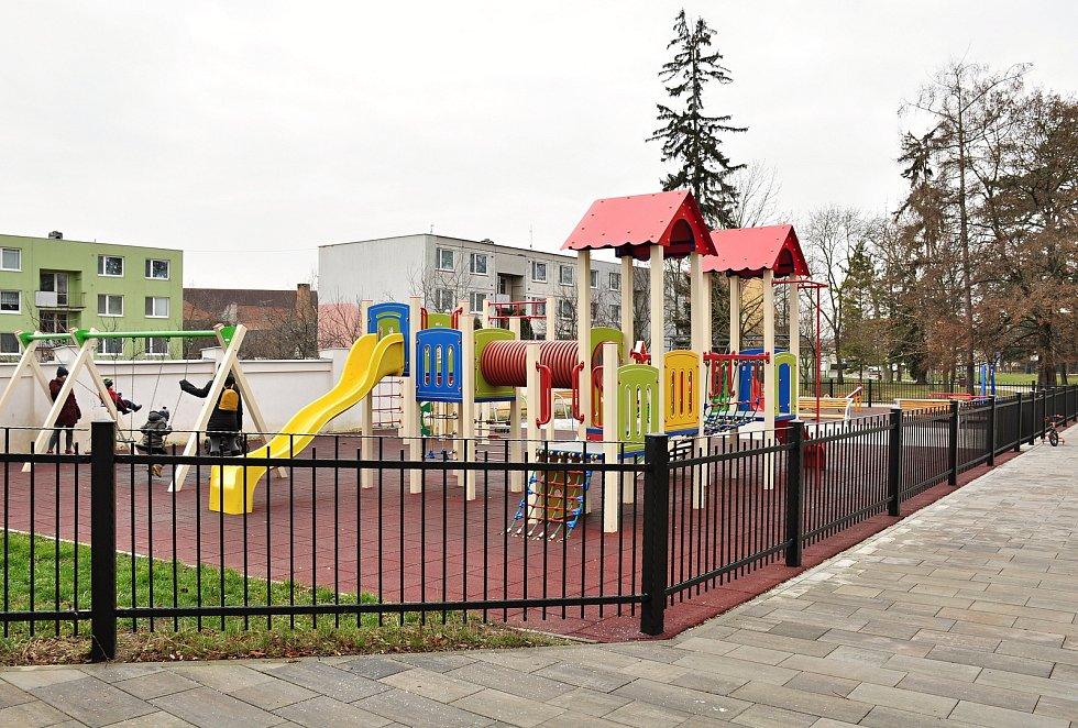 Dětské hřiště v městském parku v Hrušovanech nad Jevišovkou je otevřené, stejně tak jako všechna hřiště ve Znojmě.