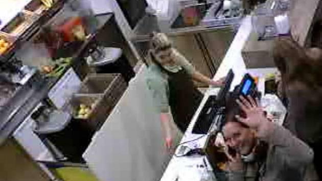 Bezpečnostní kamera v brněnském ovocném baru, záběry z níž hacker také umístil na internet. Redaktorka Deníku Rovnost vyzkoušela přenos online a zamávala těm, kdo se mohou dívat.