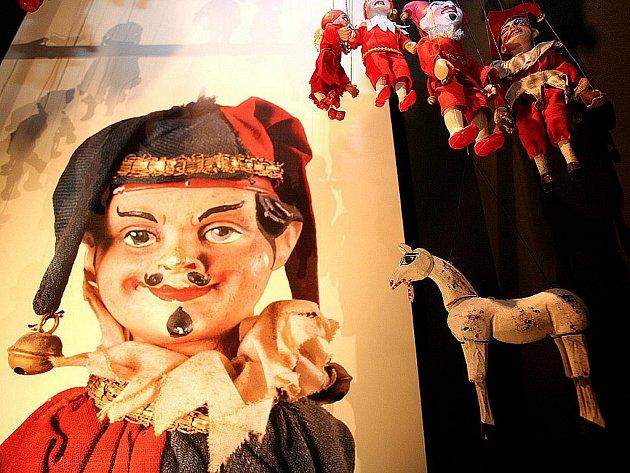 Moravské zemské muzeum zahájilo výstavu stolních loutkových divadel, loutek a dekorací.