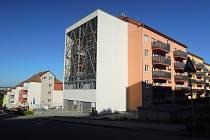 K bytovému domu v Nachové ulici přiléhá moderní parkovací výtah pro osmadvacet aut. Foto se souhlasem Pavla Knapce, jednatele firmy KUKLY II.