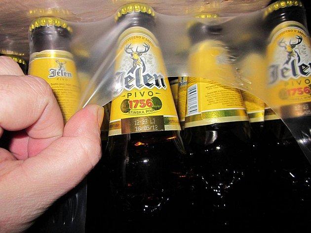Místo tašek objevili policisté v kufru autobusu lahve s pivem.
