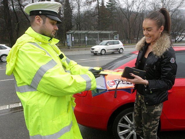 Reflexní oblečení, pásky a tašky rozdávali včera policisté na několika místech v Brně. Chodce i cyklisty poučili o změně zákona, který má chránit pěší při cestě po silnici. V preventivních akcích budou policisté pokračovat v celém kraji.