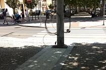 Navigační pásy dlažby, které vedou přímo do sloupů, jsou položené správně. Nevidomí je totiž využívají tak, že chodí podél nich. Překážky tak nesmí stát v těsné blízkosti těchto pásů.