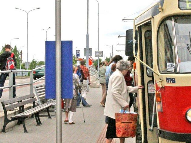 Zastávka tramvaje u Ústředního hřbitova, kde chybí přístřešek.