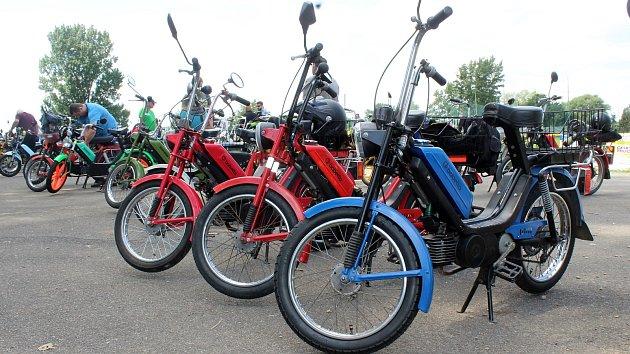 Milovníci mopedů si dali sraz v sobotu v brněnských Chrlicích.