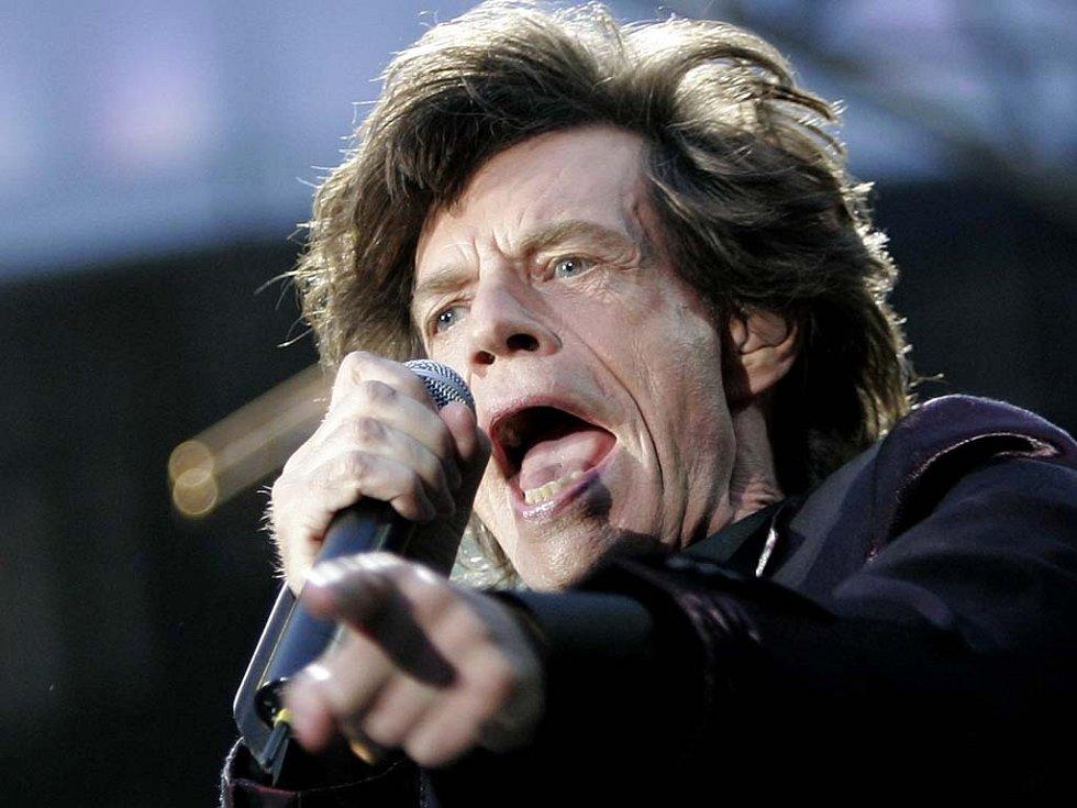 Fanoušci nezničitelné rock'n'rollové kapely se mají skutečně na co těšit. Takto řádil zpěvák Mick Jagger před pár dny na koncertě ve francouzském Saint Denis