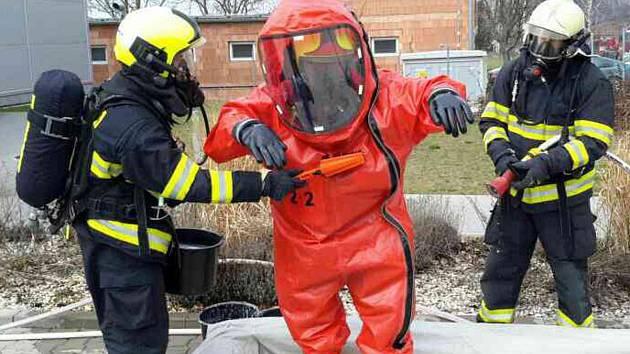 V bučovické části Marefy unikala v areálu tamní firmy kyselina chlorovodíková. Hasiči evakuovali pětapadesát lidí.