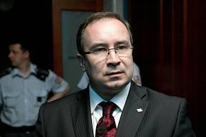 Předseda DSSS Tomáš Vandas u brněnského soudu.