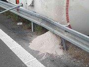 Kamion se převrátil na nájezdu k dálnici D1 na 201. km ve směru na Prahu.