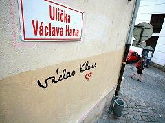 Václav a Václav na zdi brněnské Uličky Václava Havla.