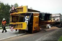 Na 171. kilometru dálnice D1 se v úterý ráno převrátil návěs kamionu, který převážel bagr. Při nehodě se nikdo nezranil.